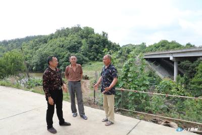 惊险!越野车冲下高速桥!三位村民出手相救!