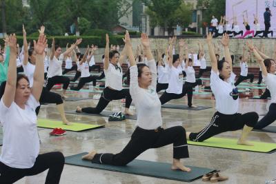 精彩!明珠广场百人齐练瑜伽,场面也太......