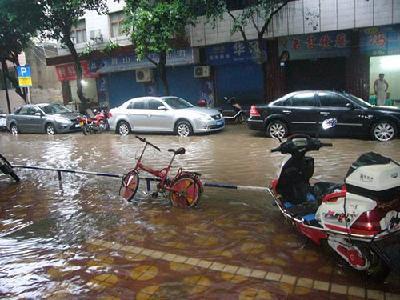 市排水处整治香江市场人行道排水设施