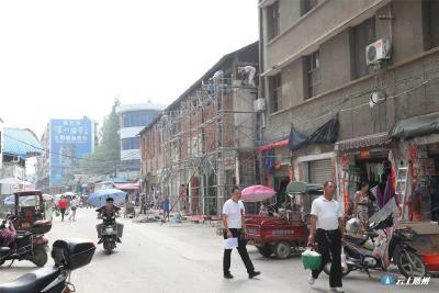 姜皓督办城区背街小巷环境综合整治工作