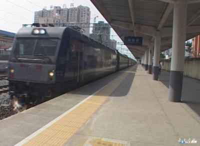 广水市铁路沿线环境整治督察专班乘火车督查汉丹线广水段环境整治情况