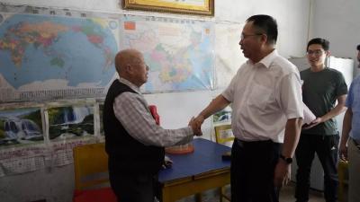 """随县颁发""""庆祝中华人民共和国成立70周年""""纪念章"""