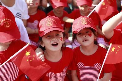 """庆祝中华人民共和国成立70周年 —— 随州市外国语学校《歌唱祖国》主题""""快闪""""活动"""