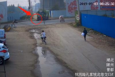 大货车转弯盲区,老人命丧车轮下!