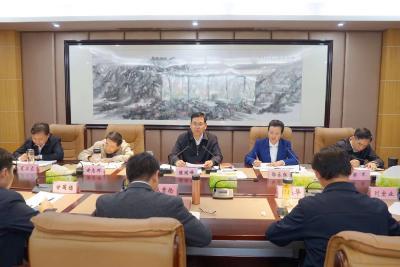 陈瑞峰主持市级党员领导干部会议强调 迅速掀起学习宣传贯彻十九届四中全会精神热潮