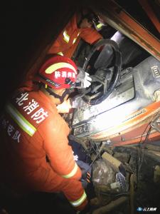 争分夺秒!两车相撞侧翻入田埂  随州消防成功救出被困司机