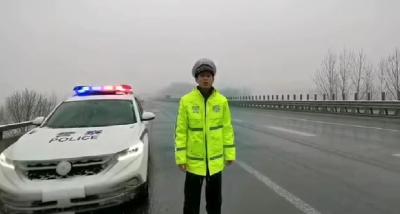 雨雪天  高速交警保通畅
