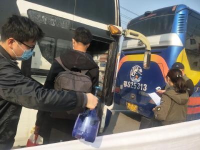 """洛阳镇首批""""点对点""""返岗复工专车启程"""