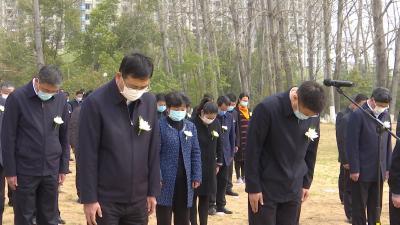 随州市举行哀悼仪式 深切悼念新冠肺炎疫情牺牲烈士和逝世同胞