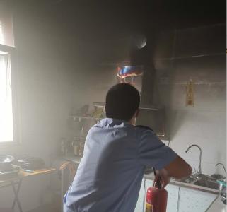 随县一民房起火 民警徒手搬出煤气罐
