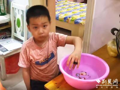 男孩玩螺母手指被卡 随州消防一根棉线巧摘除