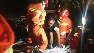 惊险!高速一货车侧翻一人被困,随州消防成功救援