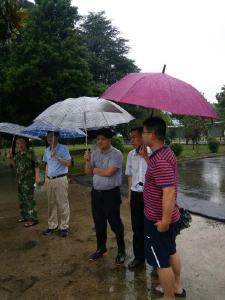 学校遭水灾 领导来关怀