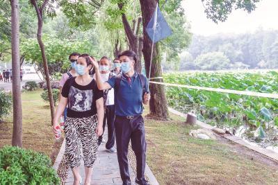 """武汉迎疫后第一个跨省旅游团 湖南游客感慨""""最安全最优美"""""""