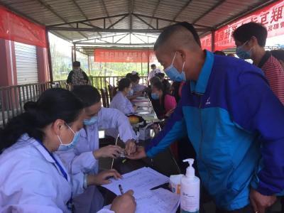下沉社区 党员干部在行动丨健康义诊志愿服务队走进首义社区