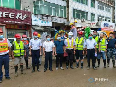 省通信管理局副局长梁长岛到随县柳林查看受灾情况