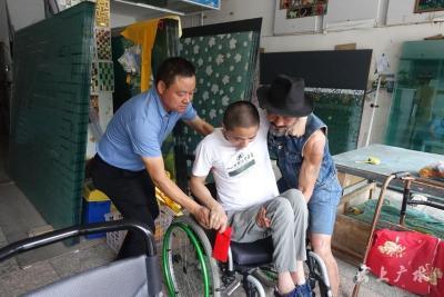 武漢板車哥:幫扶殘疾人士 關愛貧困學生
