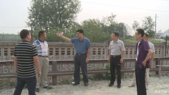 黄继军到长岭镇督办铁路沿线环境卫生整治及环库公路建设工作