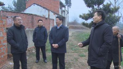 田濤深入鎮辦督導檢查廁所革命和農村危房改造工作