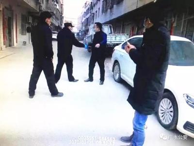 男子不聽勸阻抓傷民警 拘留!