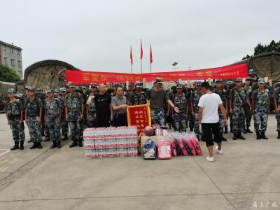 长岭镇中心小学:军爱校  校拥军  军校团结一家亲