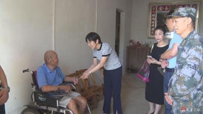 劉秀玲 何勝慰問抗戰老兵及烈士遺屬