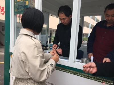 李店镇中心小学积极配合镇卫生院做好教职工乙肝抗体检测工作