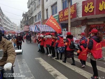 广水市学雷锋服务队走街串巷开展常态化防控知识宣传活动
