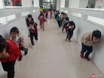 十里中心幼兒園:消防演練堅持做  安全意識記心間