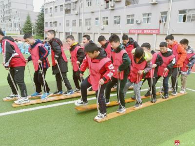 城郊應臺小學組織學生參加戶外拓展訓練