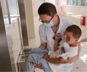 廣水一醫院多學科聯合救治意外遭鐵釘刺頸六齡童