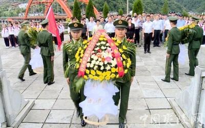 """夷陵区举行""""革命烈士纪念日""""向烈士纪念碑敬献花篮仪式"""