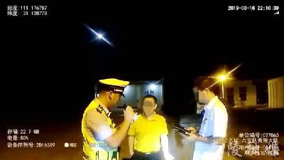粗心司机服务区丢钱包 热心高速交警连夜帮找回