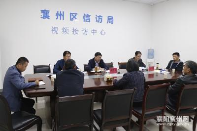 杨兴铭在区信访局接待来访群众