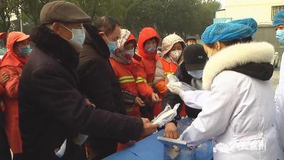 共抗疫情,爱心人士向环卫工人捐赠口罩