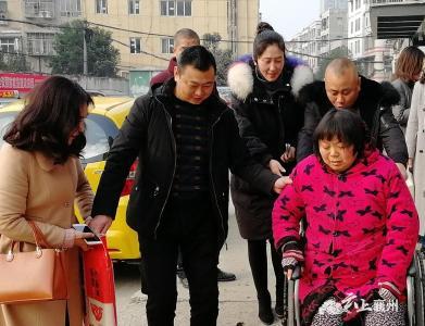 襄州区医保局、区人大财经一组联合到商贸城社区慰问困难群众