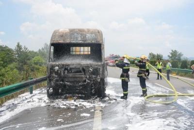 半挂车高速公路上突发大火 黄石消防迅速救援