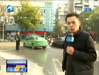 华新路芜湖路实施单行线首日 交巡警上路劝导