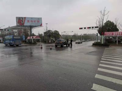 快讯:天雨路滑,清晨我市发生两起交通事故