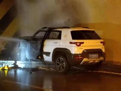 【快讯】刚刚!月亮山隧道内一小车起火燃烧(视频)