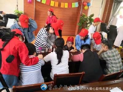 大学生志愿者与黄石港区残疾人一起品味书香