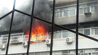 突发!芜湖路二中生活小区发生火灾
