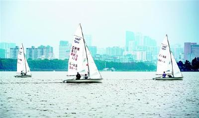 """八一帆船队""""亮剑""""东湖"""