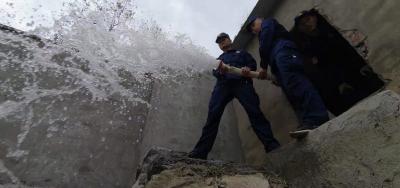 消防水车进校园!师生用水难,消防队温暖送水