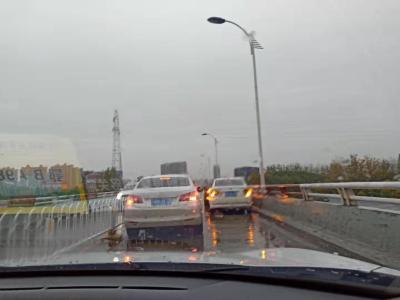 雨天路滑,今晨早高峰期间黄石两地发生轻微交通事故