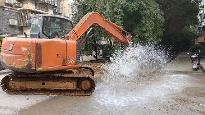突发!施工挖破供水管线  青龙山小区一带停水抢修