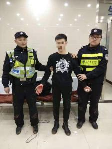 吸毒小伙遇检撒腿就跑  55岁老警飞身扑倒受伤也不松手