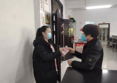 85岁老党员卧病在床,委托女儿送来2000元捐款