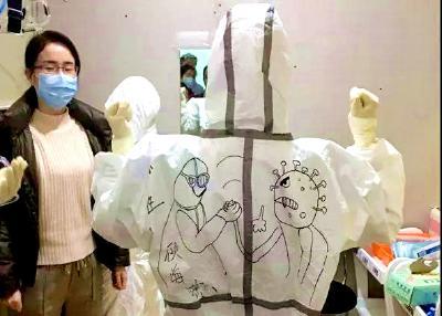 黄石护士在南京医生防护服上画了一幅漫画,看哭了!