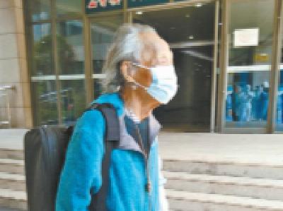 病床上看夕阳 87岁老人出院了